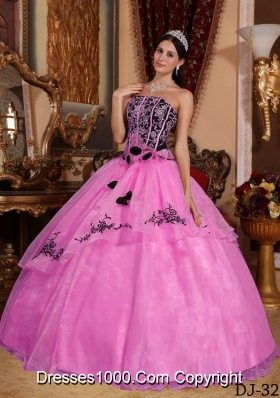 Rose Pink Strapless Organza Quinceanera Gowns with Embroidery and Flowers
