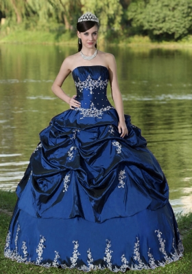2014Custom Made Quinceanera Dresses for Party Wear With Embroidery Decorate