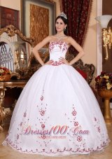 Exquisite White Red Embroidery Beading Dress for Quinceanera